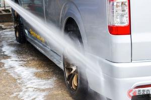過酷な冬を耐え抜いたクルマはどう洗車すべき? 雪道走行後に気をつけるポイントとは