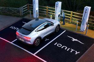 【課題とジレンマ、浮き彫りに】電気自動車が普及するのはいつ? カストロールが調査