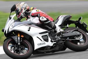 【ヤマハ YZF-R25 編】チュートリアル福田充徳さんが250ccスポーツバイクを乗り比べ!〈サーキット試乗インプレ〉