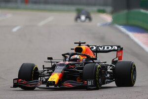 レッドブル・ホンダ密着:タイヤ交換のタイミングを見極めたフェルスタッペン。インラップでは群を抜く速さを披露
