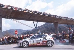 ラリー中に粋なファンサービス!! WRCでドーナツターンをきめたドライバーがいた!!