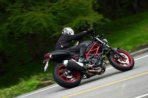 前より評価が高くなってる? スズキの大型バイクでいちばん売れてる『SV650』と『SV650X』を並べて乗ってみた!【SUZUKI SV650/SV650X 比較インプレ・中編】