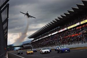「世界の室屋」がスーパーGTの上空を飛ぶ! 大迫力の飛翔で最終戦のスタートを飾った理由とは 【動画】