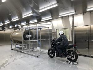 雨天・低温時の走行環境を再現!ショウエイの茨城県工場敷地内にヘルメット開発のための「低温降雨風洞施設」が完成
