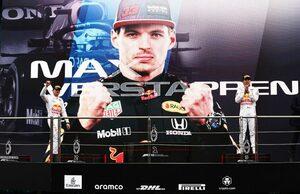 レッドブル代表、ハミルトンを抑えきったペレスを称賛「マックスのような激しい戦いぶりだった」/F1第16戦
