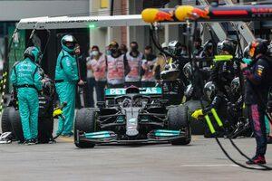 タイヤ無交換を断念したメルセデス「リスクを冒してでも表彰台を狙いたかった」とハミルトンは主張/F1第16戦決勝