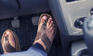 履き物の違いによってクルマのペダル操作はどう変わるのか?