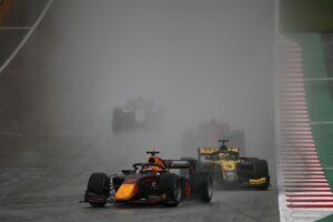 FIA-F2第2戦オーストリア レース1:角田裕毅がデビュー2戦目で2位表彰台。1秒差を制したシュワルツマンが初優勝