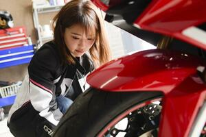 平嶋夏海 × ホンダ「CBR650R」【オートバイ女子部のフォトアルバム】