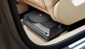 自動車のフロントシート下にすっぽり収まるJBLのコンパクトサブウーファー「BASSPRO SL2」