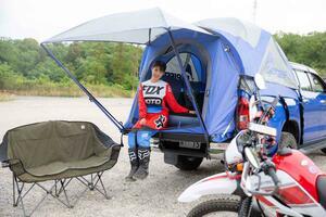 ピックアップトラックなのに、バンなみに快適になるテント