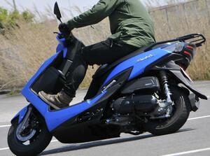 前後10インチホイールの圧倒的軽快さ! この原付二種/125ccスクーターは通勤・通学だけじゃもったいない!?【穴が空くまでスズキを愛でる/スウィッシュ 試乗インプレ(2)】