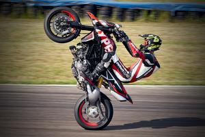 ドゥカティが作ったクロスオーバー系バイク! ハイパーモタード950 の新グレード「 RVE」を発表