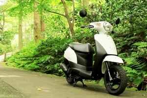 スズキ『レッツ』で鎌倉散歩! バイク初心者必見。 50cc原付スクーターのメリットやデメリットは?【穴が空くまでスズキを愛でる/レッツ 試乗インプレ(6)】