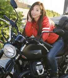 Ruriko × モト・グッツィ「V7 III ストーン ナイトパック」足つき性もチェック!【オートバイ女子部のフォトアルバム】