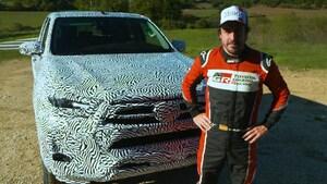 トヨタがハイラックスの改良モデルを予告、フェルナンド・アロンソがテストを担当