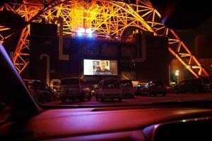 【クルマの中から観る映画】ドライブインシアター、なぜ世界各地で連日の超満員? 日本も1台1万円が3分で完売