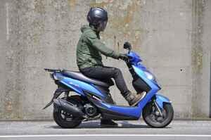 スズキでいちばん豪華な原付二種125ccスクーターの足つき性と装備って?【穴が空くまでスズキを愛でる/スウィッシュ 試乗インプレ(1)】