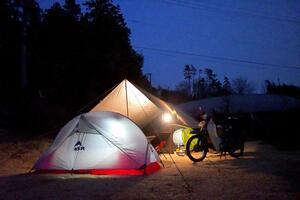 キャンプツーリングの主役といえばやっぱりテント。テントの種類や選び方、ライダー向けおすすめテントを調べてみた。〈若林浩志のスーパー・カブカブ・ダイアリーズ Vol.26〉