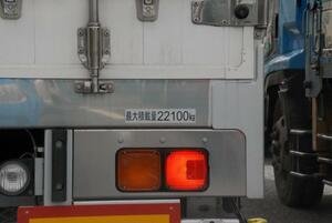 見た目じゃわからないトラックの「過積載」! 意外な取り締まり方法とは