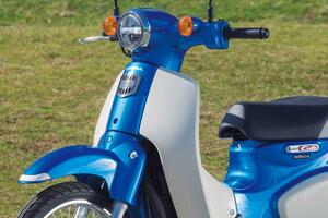 ホンダ「スーパーカブ110」は〈働くバイク〉にしてたらもったいない!? ツーリングも楽しめる万能な原付二種【試乗インプレ&車両解説】