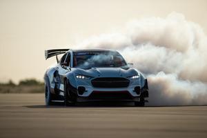 フォード、1400馬力のフルEVドリフトレーサー「マスタング マッハ-E 1400」を公開!【動画】
