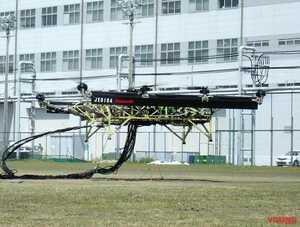 スーパーバイクのエンジン×3丁掛けで空を飛ぶ! カワサキ「大型ハイブリッドドローン」が浮上