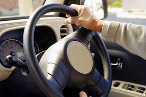 「交差点で大回り」「信号の勘違い」! 高齢ドライバーが自分を疑うべき「あやしい兆候」とは