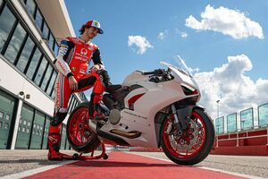 """ドゥカティ、『パニガーレV2』に新カラーリング""""ホワイト・ロッソ""""を追加。MotoGPライダー、バニャイアも試乗"""