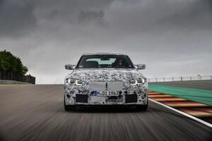 BMWが秋デビューの次期M3セダンとM4クーペをチョイ見せ
