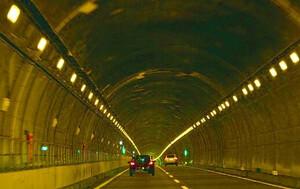 白色のLEDが主流? トンネル内のオレンジ色の照明はなぜ減っているのか?