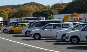 混雑で止まれず通過することも… 日本のSA・PAはなぜ平置き駐車ばかりなのか?
