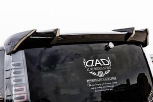 「D.A.D」「DUB」「ツイン日の丸」! カスタムカーの窓に見かけるステッカーは一体何もの?
