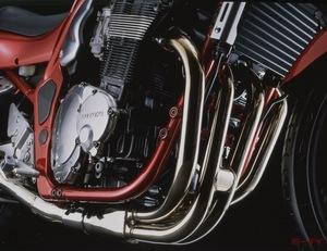 【油冷エンジンの名車たち】GSF1200/GSF1200Sはスズキ伝家の宝刀を投入した強烈ウイリーマシン
