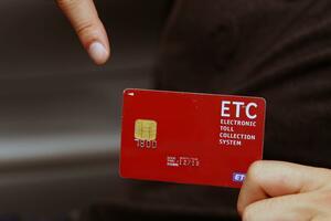 コロナ禍で「ETCゲート」のみになる可能性も! クレジットカードが「作れない」人は高速に乗れなくなるのか