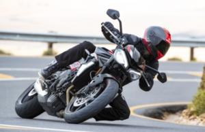 高性能765ccエンジンでアグレッシブな走りを堪能できるトライアンフの究極のストリートファイター「Street Triple R Low」